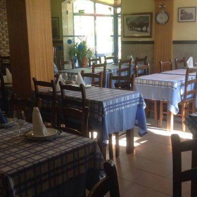Restaurante O Constantino  Em S. Martinho de Anta, Sabrosa, o restaurante O Constantino serve cozinha regional portuguesa e gastronomia italiana. Com o seu grande forno a lenha confeciona puros e genuínos pratos regionais, como o cabritinho assado, mas também as pizzas e lasanha que aqui adquirem um paladar especial