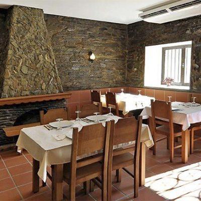 Restaurante Vela Douro Na zona ribeirinha do Pinhão, sugerimos o VelaDouro, com um espaço muito agradável e acolhedor e uma esplanada voltada para uma das mais belas paisagens durienses.  A excelente cozinha do VelaDouro já foi premiada em concursos gastronómicos da região e destaca-se pelos sabores do rio e do mar.